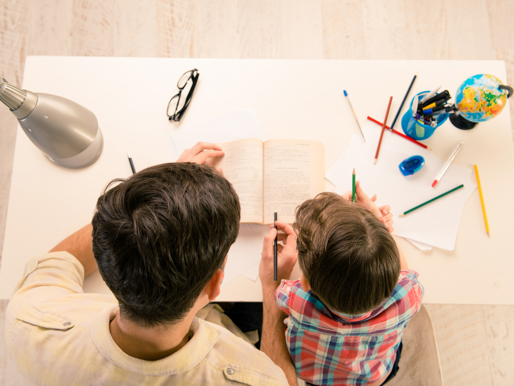 كيف أعلم ابني القراءة بطلاقة طفل يقرأ